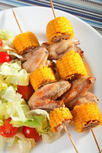 Chicken wings with corn skewersの写真素材 [FYI00768424]