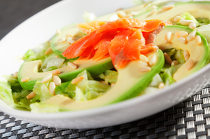 Salmon salad with avocadoの写真素材 [FYI00768427]