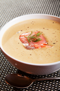 Avocado cream soup with salmonの写真素材 [FYI00768438]