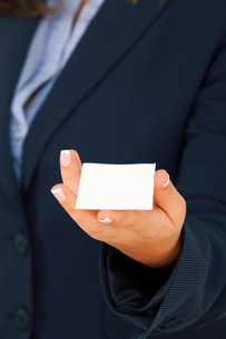 Businesswoman with an empty business cardの写真素材 [FYI00768442]