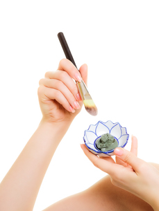 skin care. closeup of brush and clay mud mask in bowlの写真素材 [FYI00768500]