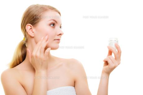 skin care. girl applying moisturizing creamの写真素材 [FYI00768512]
