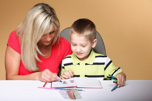 mother and son drawing togetherの素材 [FYI00768551]
