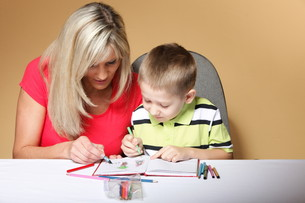 mother and son drawing togetherの素材 [FYI00768552]
