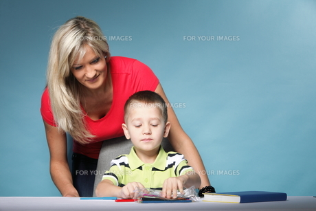 mother and son drawing togetherの素材 [FYI00768554]