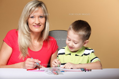 mother and son drawing togetherの素材 [FYI00768555]