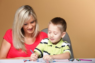 mother and son drawing togetherの素材 [FYI00768556]