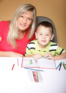 mother and son drawing togetherの素材 [FYI00768557]