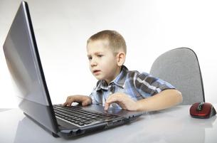 computer addiction emotional boy with laptopの写真素材 [FYI00768588]