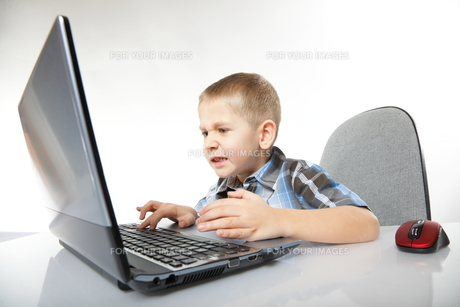 computer addiction emotional boy with a laptopの写真素材 [FYI00768593]