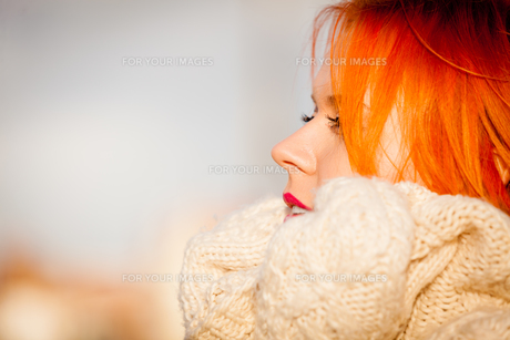beauty face red-haired woman in warm clothing outdoorの写真素材 [FYI00768610]