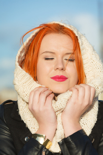 beauty face red hair woman in warm clothing outdoorの写真素材 [FYI00768616]