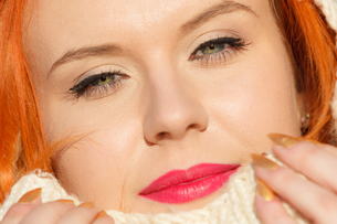 beauty face red hair woman in warm clothing outdoorの写真素材 [FYI00768617]