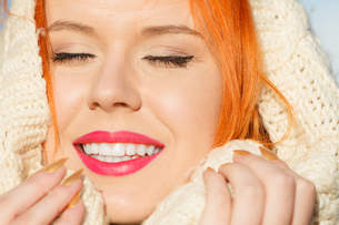 beauty face red hair woman in warm clothing outdoorの写真素材 [FYI00768619]