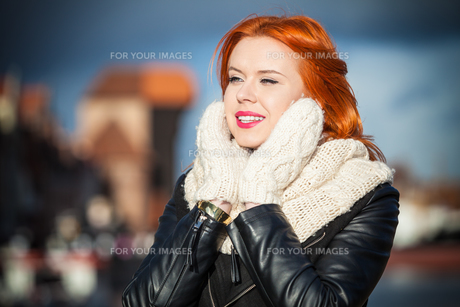 beauty red hair woman in warm clothing outdoorの写真素材 [FYI00768628]