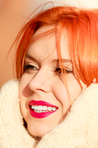 beauty face red hair woman in warm clothing outdoorの写真素材 [FYI00768630]