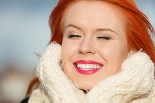beauty face red hair woman in warm clothing outdoorの写真素材 [FYI00768633]