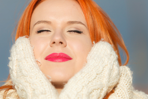 beauty face red hair woman in warm clothing outdoorの写真素材 [FYI00768635]