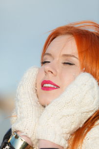 beauty face red hair woman in warm clothing outdoorの写真素材 [FYI00768637]
