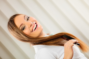 beautiful woman with long hair and brushの写真素材 [FYI00768807]