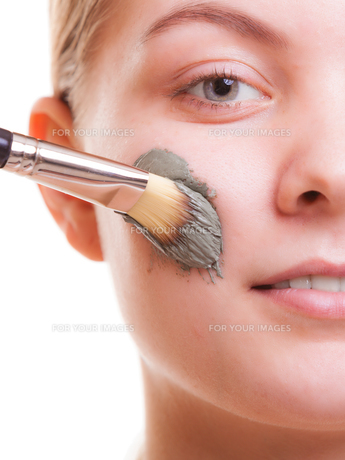skin care. woman applying clay mask on face. spa.の写真素材 [FYI00768963]