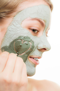 skin care. woman in clay mud mask on face. beauty.の写真素材 [FYI00768965]