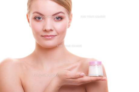 skin care. girl applying moisturizing cream.の写真素材 [FYI00768966]