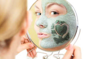 skin care. woman in clay mud mask on face. beauty.の写真素材 [FYI00768967]