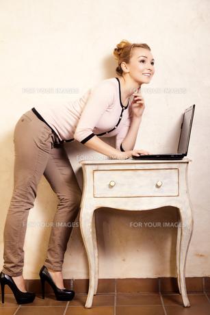 businesswoman working on computer laptopの写真素材 [FYI00769023]