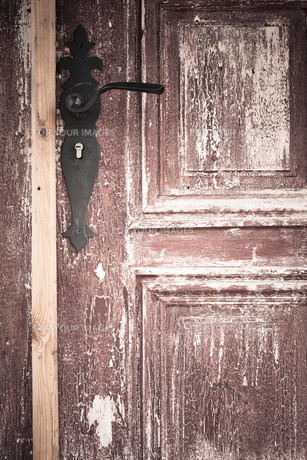 closeup of old wooden door with a metal handleの素材 [FYI00769031]