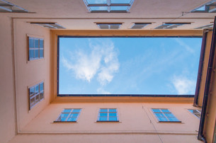 courtyard with skyの写真素材 [FYI00769061]