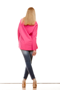 woman in denim pants high pink shirt back viewの写真素材 [FYI00769076]