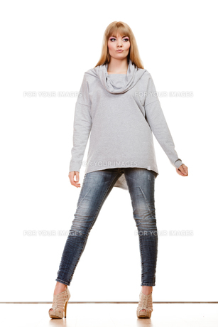 fashionable blonde woman in full lengthの素材 [FYI00769082]