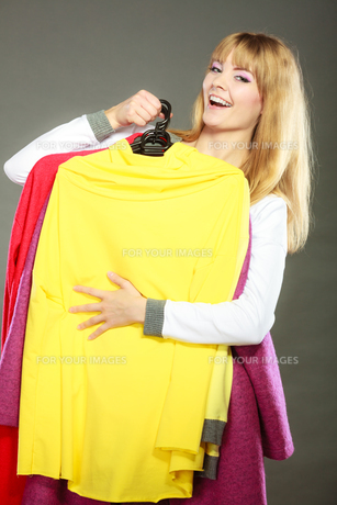 customer woman holding hangers with clothesの写真素材 [FYI00769096]