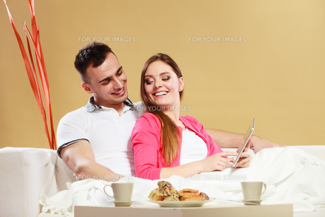 couple using tablet browsing web internet.の写真素材 [FYI00769149]