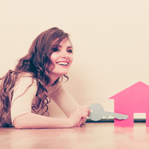 woman paper house. housing real estate conceptの写真素材 [FYI00769160]