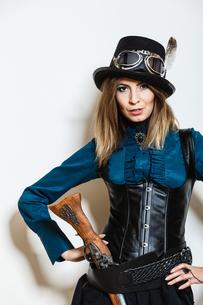 steampunk woman with gun studio shot.の素材 [FYI00769188]