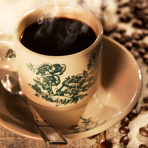 Traditional style Malaysian Chinese coffee in vintage mugの写真素材 [FYI00769261]