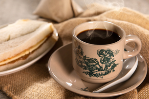 Traditional Malaysian Chinese dark coffee and breakfastの写真素材 [FYI00769262]