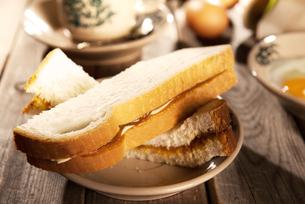 Traditional oriental Nanyang coffee and breakfastの写真素材 [FYI00769264]