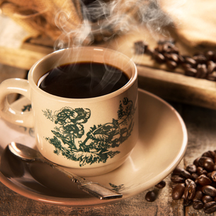 Traditional style Singaporean Chinese coffee in vintage mugの写真素材 [FYI00769271]