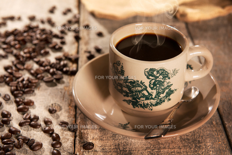Traditional style Chinese coffee in vintage mugの写真素材 [FYI00769272]