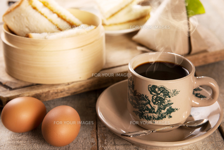 Traditional Malaysian Nanyang coffee and breakfastの写真素材 [FYI00769274]