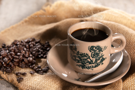 Traditional oriental Hainan coffee in vintage mugの写真素材 [FYI00769280]