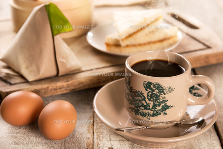 Traditional Malaysian Chinese coffee and tasty breakfastの写真素材 [FYI00769288]