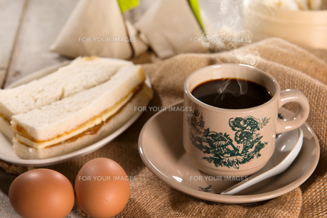Traditional Singaporean Chinese dark coffee and breakfastの写真素材 [FYI00769303]
