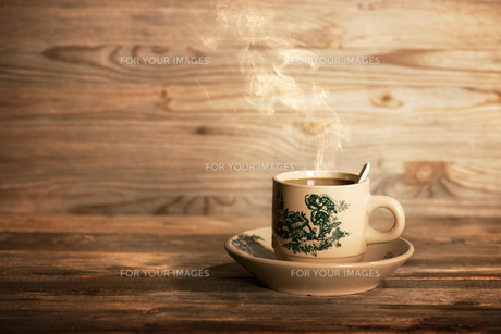 Steaming traditional Chinese coffee in vintage mug and saucerの写真素材 [FYI00769307]