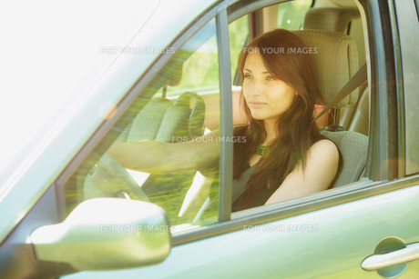 transportation. brunette woman driving a carの写真素材 [FYI00769366]