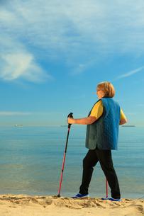 active senior woman nordic walking on a beachの素材 [FYI00769367]