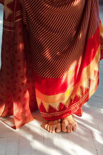 Legs decorated with indian mehandi painted hennaの写真素材 [FYI00769379]